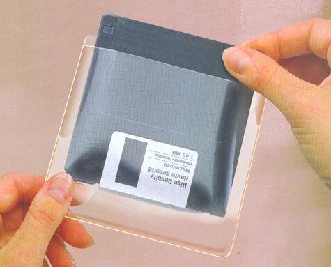 gbc Diskit 3,5 pollici, portadischetti autoadesivo trasparente ermetico per floppy disk da 3 1-2.  Base mm 103, altezza mm 121. Applicabili su copertine di manuali, schede programmi e su copertine ad anelli Data Disk Pocket pemettono di inserire i dischetti nei classificatori, su istruzioni d'uso e per offerte commerciali.