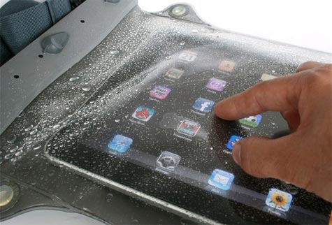 gbc LARGE WHANGANUI Aquapac: Custodia impermeabile per  Ipad Custodia impermeabile in polimero per iPad e altri tablet. La custodia è resistente ad acqua e agenti esterni, è dotata di finestra posteriore per realizzare foto. La custodia è certificata IPX8 100% Waterproof, in grado di resistere a una profondità di 5M per 30 minuti..