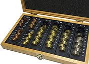 gbc Cassetta porta monete euro, legno verniciato composta da due valve apribili e separabili. Permette di contare e ordinare rapidamente le monete, garantendo un notevole risparmio di tempo. Con 8 colonne per tutti i tagli con indicazione dell'importo contenuto. Contiene 319 monete (201,4€).