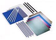acco Kit 15 rilegati Confezione di copertine assortite ed anelli plastici. Contiene: 5 spirali bianche diam. 8mm, 7 spirali Blu diam. 8mm, 3 spirali Nere diam. 12mm, 5 copertine Metallic covers assortite, 8 copertine LeatherGrain blu, 10 copertine trasparenti in PVC. 149/09.