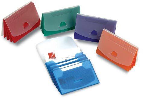 acco Portabiglietti da visita e tessere a soffietto COLORFUL Confezione assortita:5 colori: rosso, blu, verde, arancione, viola. Dotato di 4 ampie tasche interne per la conservazione e suddivisione dei biglietti da visita e delle credit card. 31-08.