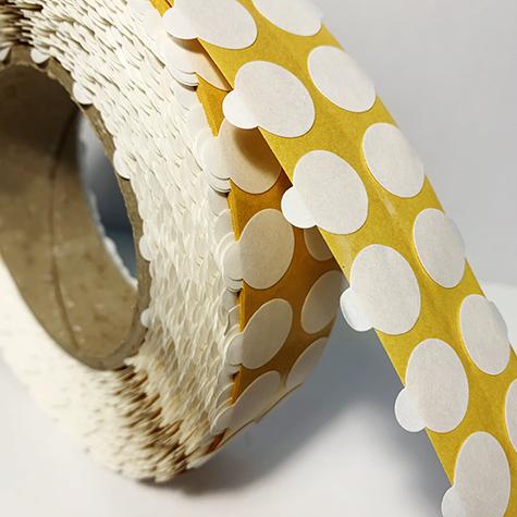 legatoria Bollini biadesivi diametro 10mm adesivo permanente da un lato e removibile dall'altro, con strap per agevolare la rimozione del bollino dal rotolo. 159 bollini al metro.