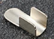 legatoria Capicorda a -T- per elastico o cordoncino NICHELATO, lunghezza 15,4mm. Larghezza 6,3mm. Spessore 6,5mm. Per elastico di spessore fino a 5 mm..