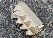 legatoria Capicorda a tubetto NICHELATO, lunghezza 9mm. Larghezza 4,4mm. Spessore 5,5mm. Adatto alla produzione di anelli elastici o come terminale di stringhe. .