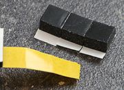 legatoria Cuscinetto distanziatore adesivo pretagliato 10x10x6mm NERO. In schiuma di polietilene, densità 67kgxm3. Adesivo acrilico permanente su entrambi i lati. .