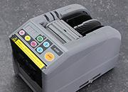 legatoria Dispenser elettronico, nastri adesivi A1200 Programmabile. Display digitale.  Monta 2 rotoli di nastro contemporaneamente. Utilizzabile per nastri mono e bi-adesivi larghi da 6 a 60mm. Lunghezze programmabili da 5 a 999mm.