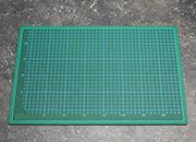 legatoria Piano lavoro cutter, ANTITAGLIO, 45x30cm Tappetino a 5 strati, antitaglio a doppia faccia. Qualità professionale extra durevole. Spessore 2,5 mm. Superficie autoriparante, antiscivolo, antiriflesso. Fronte verde con griglia graduata, retro nero. Utilizzabile anche come tappetino per mouse. .
