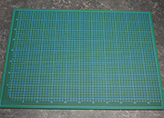legatoria Piano lavoro cutter, ANTITAGLIO, 60x45cm Tappetino a 5 strati, antitaglio a doppia faccia. Qualità professionale extra durevole. Spessore 2,5 mm. Superficie autoriparante, antiscivolo, antiriflesso. Fronte verde con griglia graduata, retro nero. Utilizzabile anche come tappetino per mouse. .