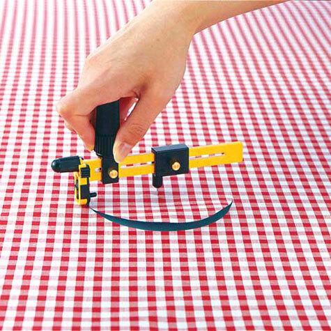 gbc Cutter a compasso Olfa CMP-1-DX rende possibile il taglio di dischi e guarnizioni di diametro compreso tra 1,6 e 22 cm su materiali quali tessuto, pellicola e cartonati. Corpo del cutter rinforzato per il 30% con fibra di vetro. Sistema rachet system per una facilità di utilizzo maggiore. Prodotto brevettato. Dotato di un contenitore contente 10 lame di ricambio e di un tappetino di gomma circolare per prevenire i fori nella superficie da tagliare. Compatibile con lame COB-1. Prodotto originale giapponese, MADE IN JAPAN.