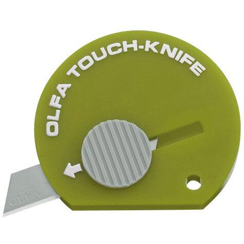 gbc Cutter tascabile Olfa TK-4 VERDE mini cutter con lama in acciaio. Può essere utilizzato per una moltitudine di impieghi ed entra facilmente in tasca, nella borsetta, sulla scrivania o nel vano portaoggetti dell'auto..