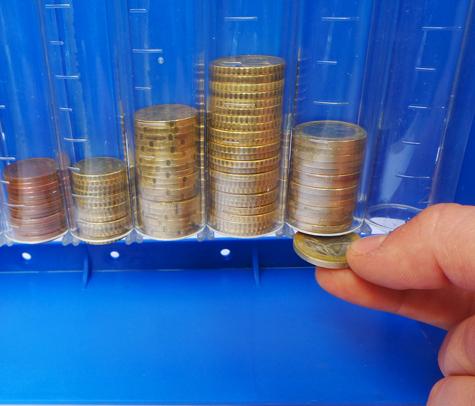 gbc Rendiresto da banco o da parete Euromoney con sistema di prelievo monete a scorrimento e 4 buchi per appensione a muro. Con 8 colonne per tutti i tagli con indicazione dell'importo contenuto. Comprensivo di coperchio con chiave antiscippo.