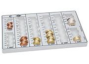gbc Contenitore porta monete euro Wedo1 per tutte le monete in euro e centesimi. Permette di contare e ordinare rapidamente le monete, garantendo un notevole risparmio di tempo. Con 8 colonne per tutti i tagli con indicazione dell'importo contenuto. Contiene 370 monete: 0,01x30, 0,02x35, 0,05x75, 0,10x65, 0,20x60, 0,50x55, 1x25, 2x25.