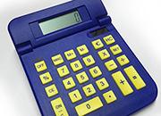 gbc Calcolatrice, 4 operazioni + convertitore di valuta Converte all'istante l'euro in altre valute e viceversa. Doppia alimentazione (solare e batteria), dimensioni 110x160x30mm. .