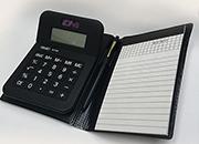 gbc Calcolatrice a 8 cifre Calcolatrice inserita in una elegante copertina assieme ad una penne e ad un blocco notes. Display grande. Doppia alimentazione: solare e batteria. Bottoni in gomma. 110x160x20mm, 4 operazioni, percentuale, radice quadrata, memorie..